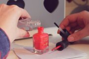 Fashion: В лак якобы нужно добавлять ацетон и еще 8 мифов о маникюре и ногтях