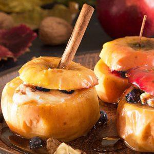 Запеченные яблоки с творогом, изюмом, корицей и медом в духовке рецепт