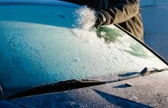 Лайфхак: Что нужно сделать перед парковкой автомобиля на ночь, чтобы утром на стеклах не было льда