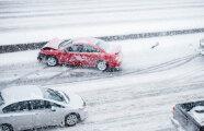Автомобили: Важное правило, как перестраиваться на заснеженной трассе, чтобы не занесло