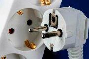 Общество: Зачем в электрических вилках делают дополнительное отверстие