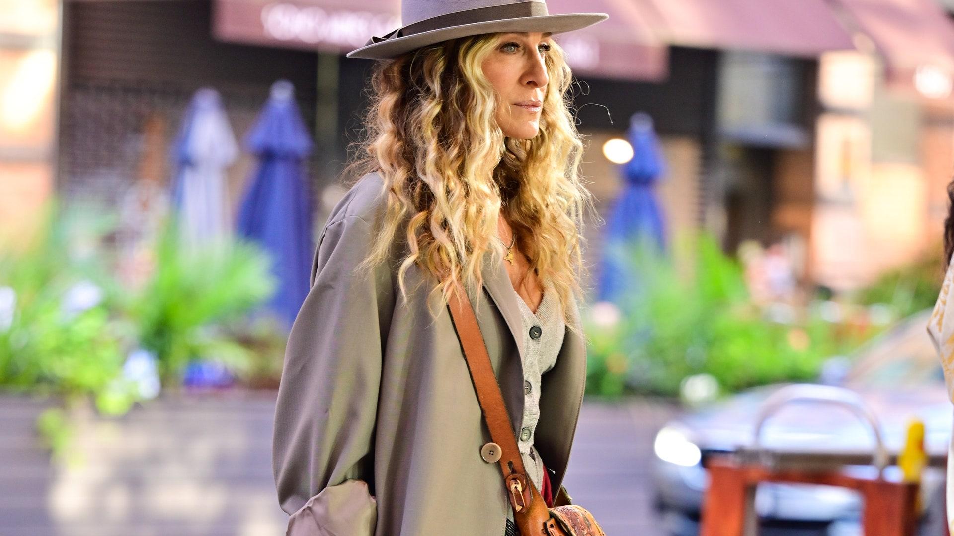 Не бойтесь носить серый осенью — так делает даже фанатка ярких цветов Кэрри Брэдшоу