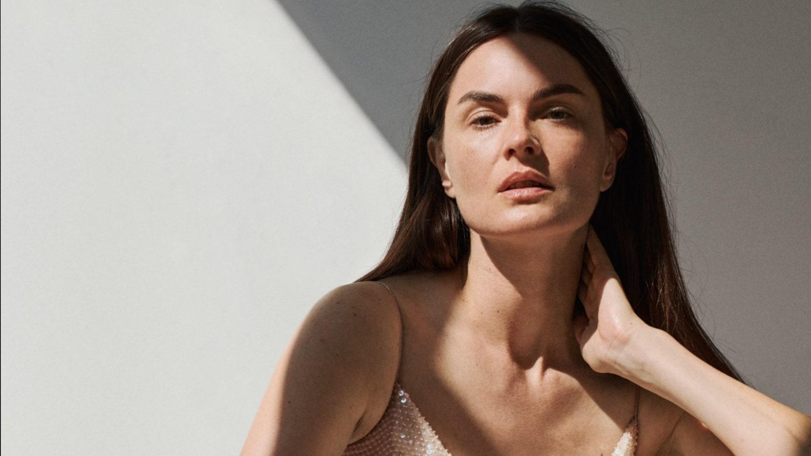«В свои 42 я чувствую себя красивой как никогда», — супермодель 2000-х Анук Лепер