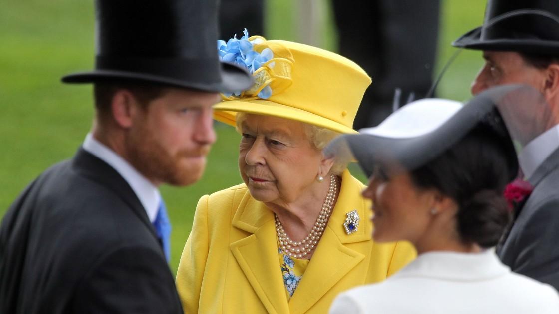 «Она намерена нанести удар»: Елизавета II в ярости из-за скандала вокруг имени дочери принца Гарри и Меган Маркл