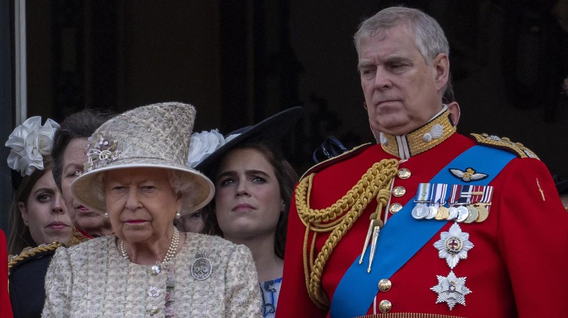 Елизавета II приняла решение насчет будущего принца Эндрю, попавшего в секс-скандал