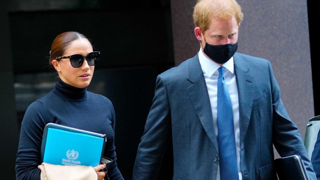 Песочное пальто и черная водолазка: Меган Маркл продолжает одеваться не по погоде во время визита в Нью-Йорк. Фото!
